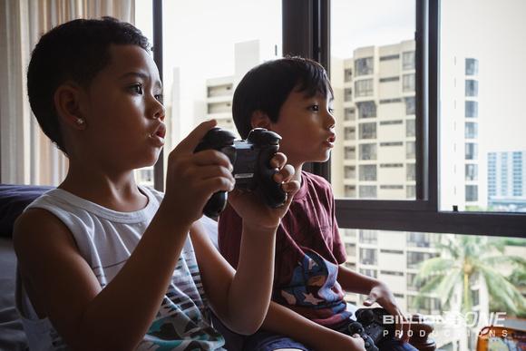 The boys playng video games.